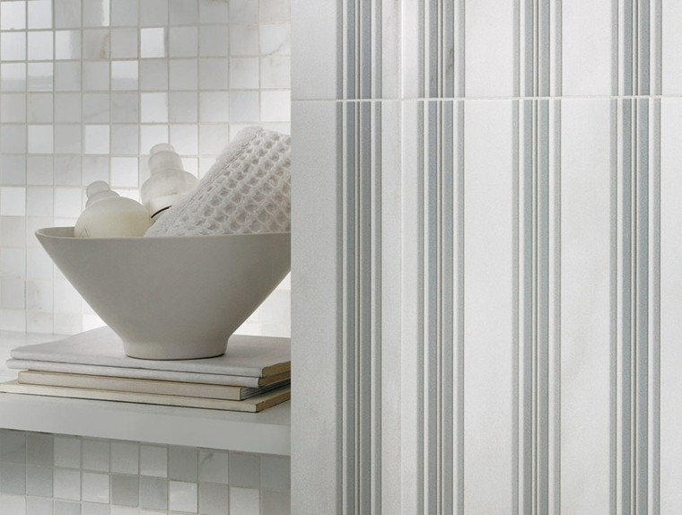 bandas verticales azulejos baño blanco