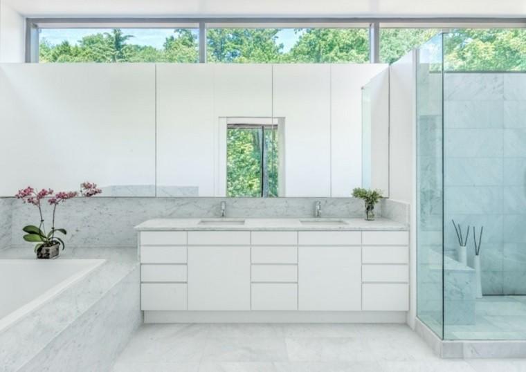 Baños Elegantes Blancos:Estilo minimalista en el baño de lujo con suelo y pared de mármol
