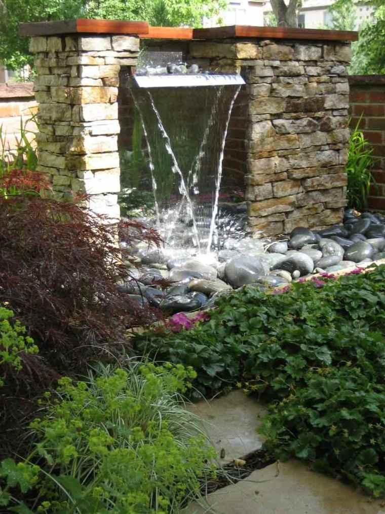 muro de piedra con fuente de cascada