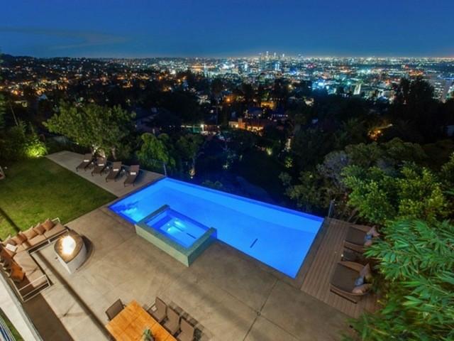bonita piscina pequeña vistas atardecer