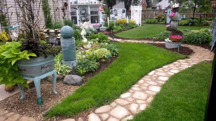 Senderos y caminos de piedra para el jard n for Jardines pequenos adornados con piedras