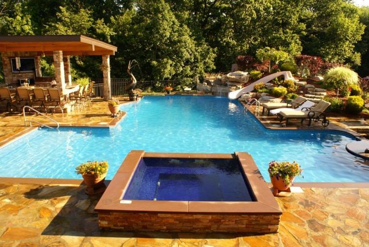 bonito diseño jardin jacuzzi piscina