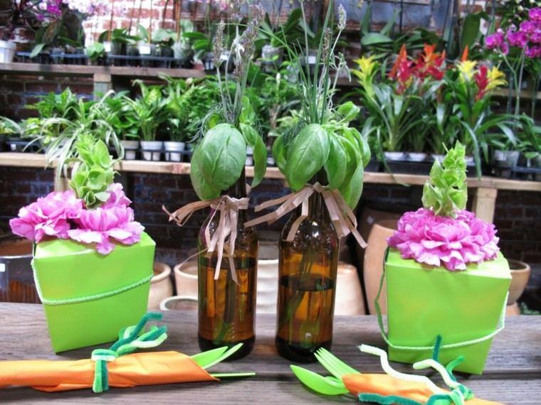 botellas verde rosa mesa arreglo floral
