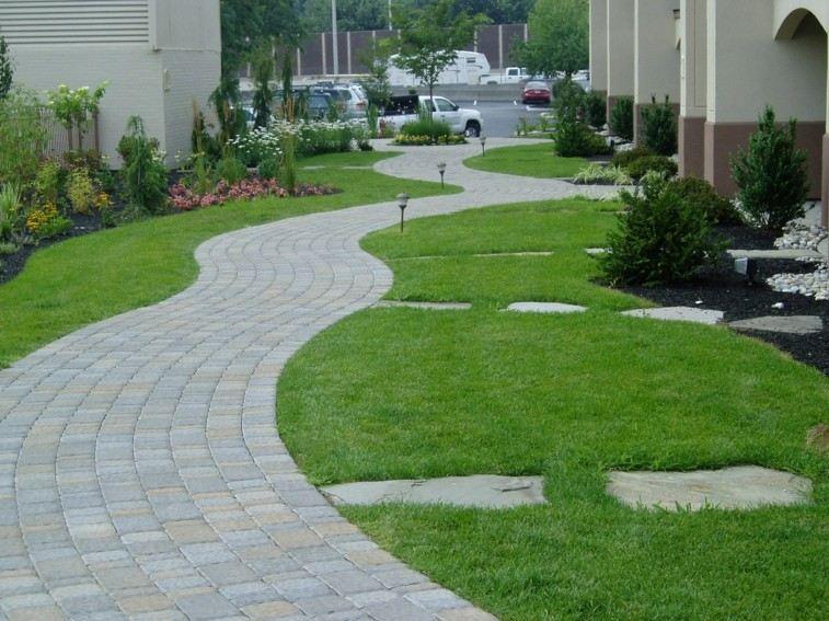 Senderos y caminos de piedra para el jard n for Adoquines para jardin