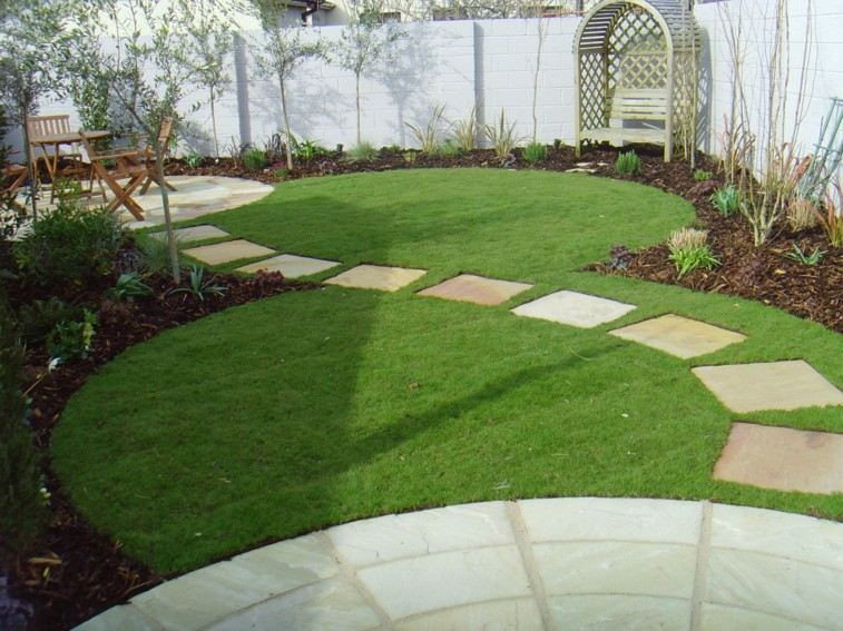 camino jardin curvado cuadrado losas