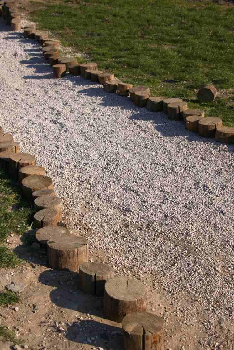 camino grava bordes empaladizas madera