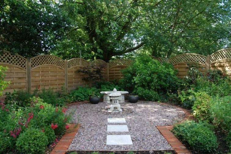 camino jardín fuente glorieta guijarros