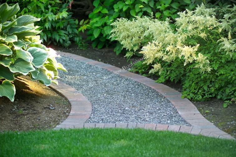 Senderos y caminos de piedra para el jard n for Decoracion jardin grava