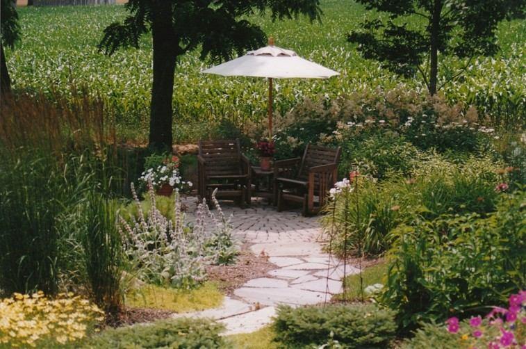 camino piedras glorieta jardin sombrilla
