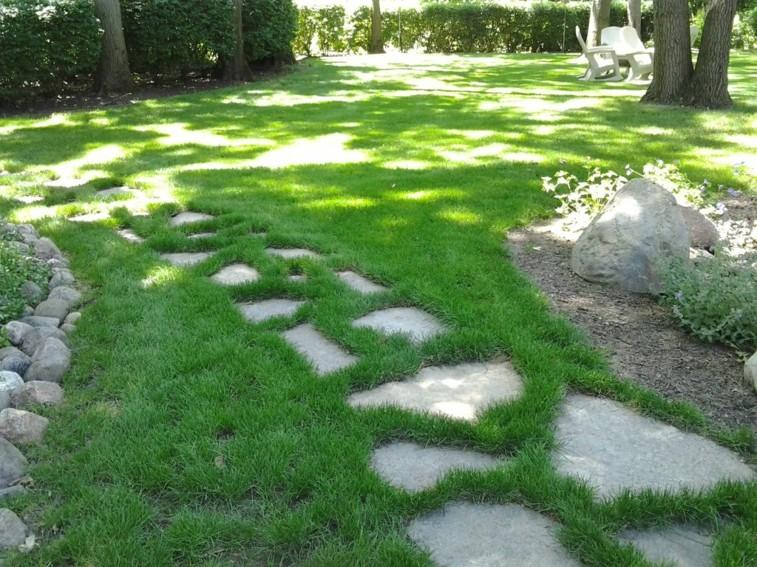 caminos piedras planas cesped natural