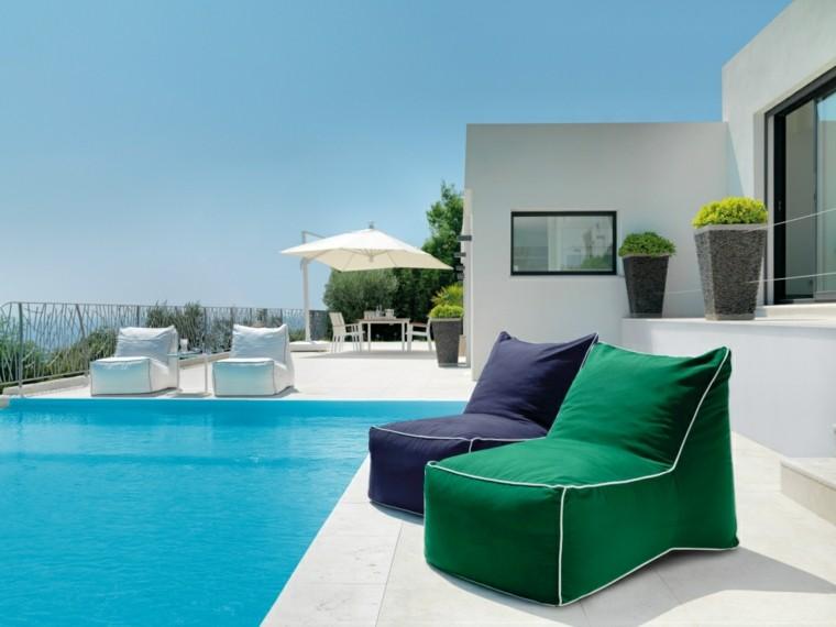 sillones colores vibrantes jardin piscina sombrilla