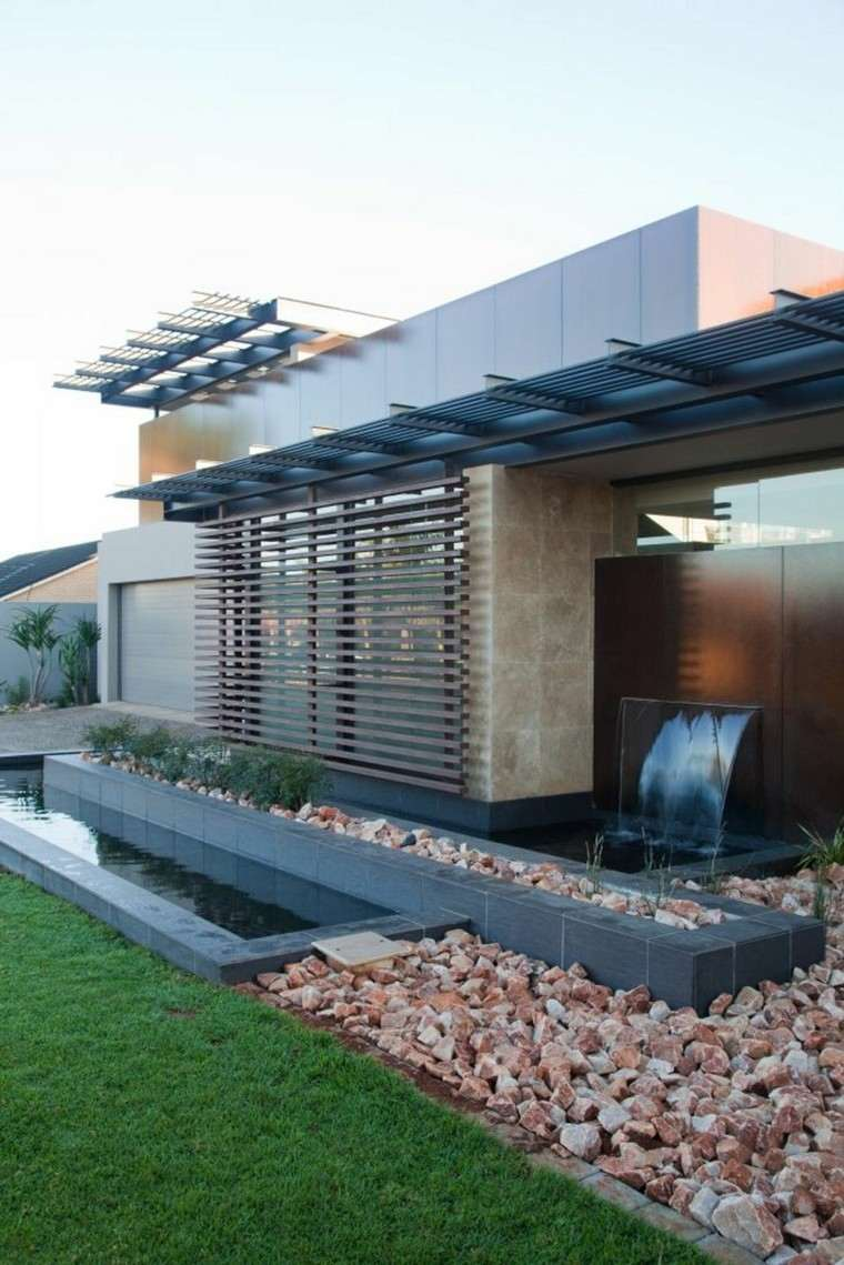 casa moderna fuente cascada jardin