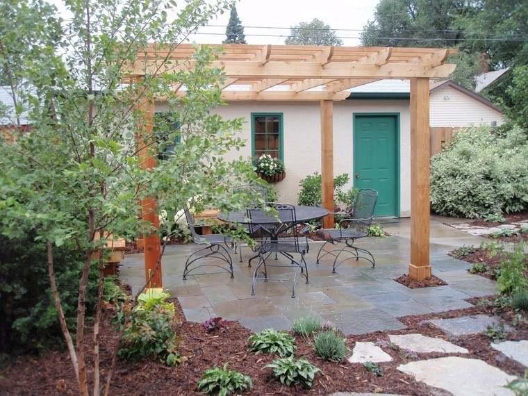 casa pequena jardin losas pergola madera ideas