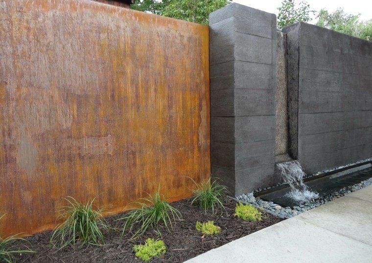 cascada moderna muro gris metal