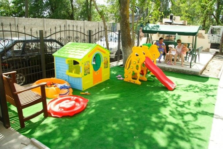 Parques infantiles en el jard n para un verano divertido for Casitas de jardin plastico