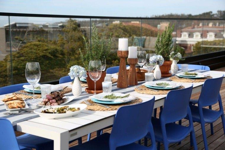 cena terraza sillas azules plastico