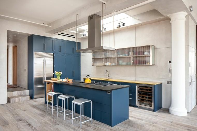 cocina amplia isla azul estilo industrial Casamanara ideas