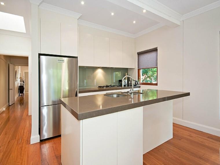 cocina blanca suelo laminado madera