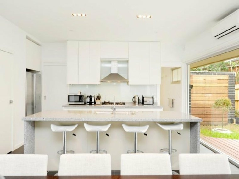 cocina blanca vistas jardin patio