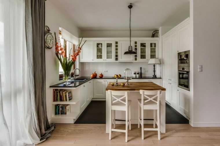 cocina bonita armarios madera blanca isla sillas altas modernas