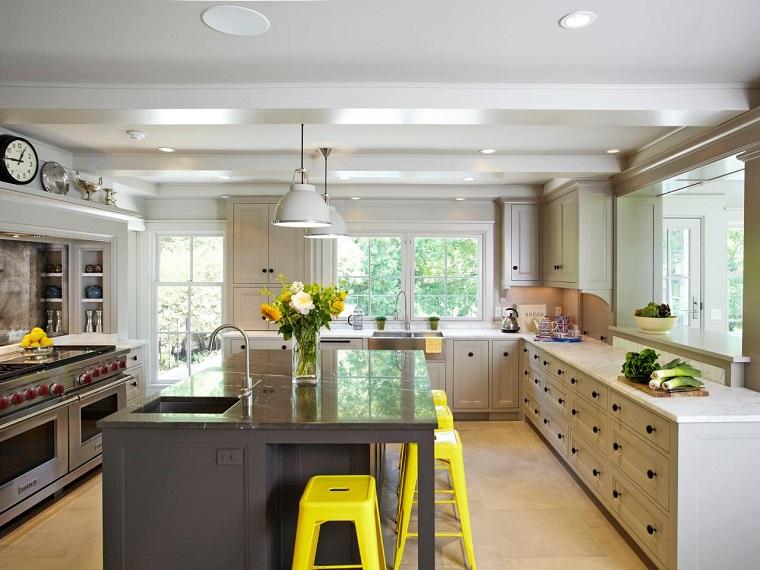 cocina isla encimera granito negro sillas amarillas ideas