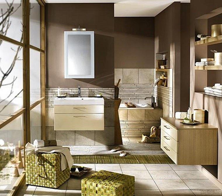 cuarto de baño pared color marron