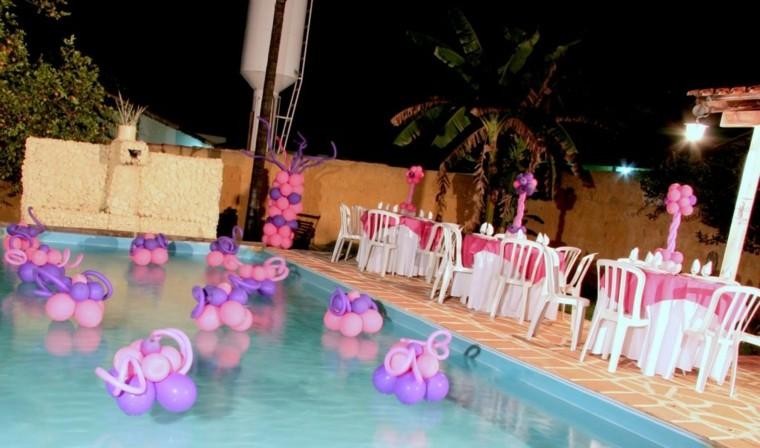 decoracion piscina globos flotando