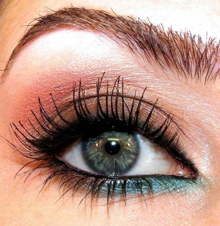 detalle acercamiento mujer ojos delineado