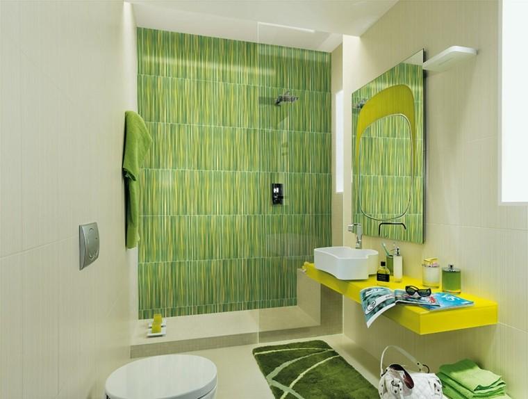 Baño Pintado De Amarillo:Diseño de cuarto de baño con azulejos verdes