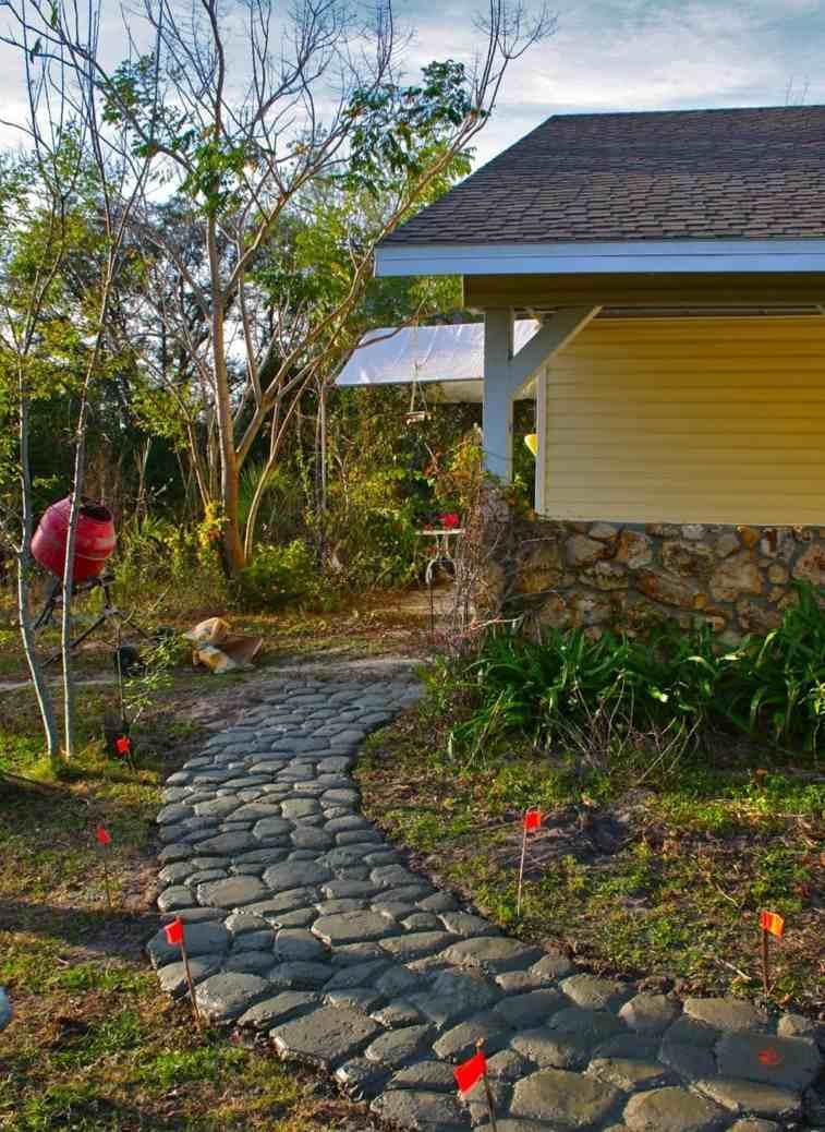 Senderos y caminos de piedra para el jard n for Jardineras de cemento