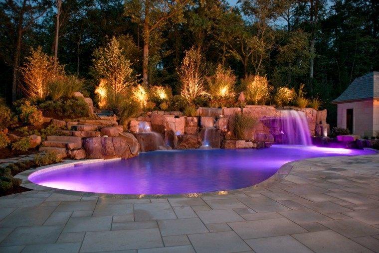 diseño moderno piscina cascada luces