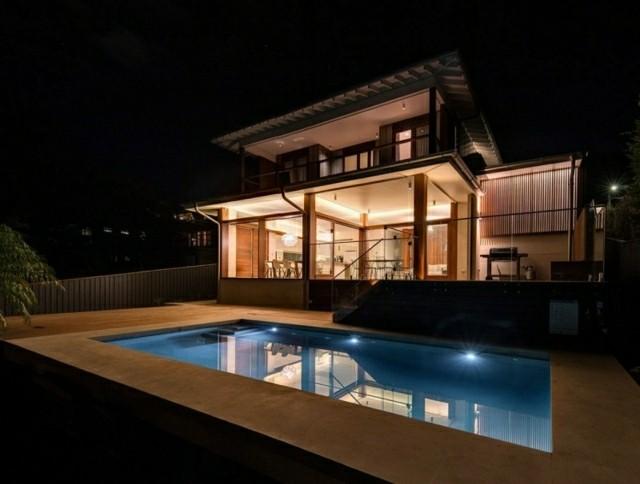 diseño patio piscina vistas noche