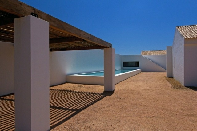 diseño patio minimalista soleado piscina