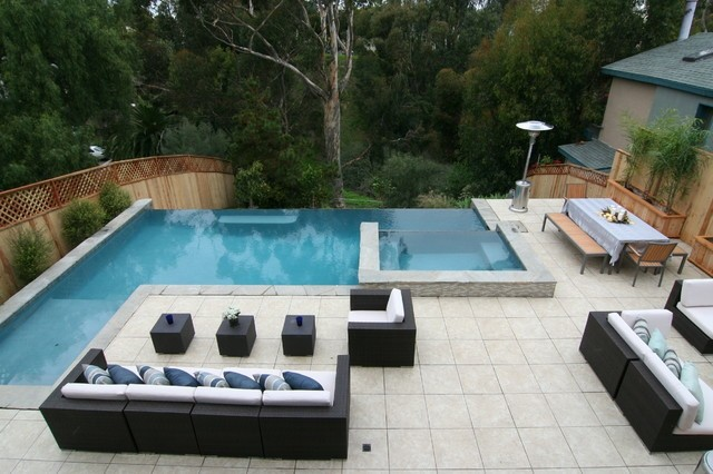 diseño piscina borde sofas jardin