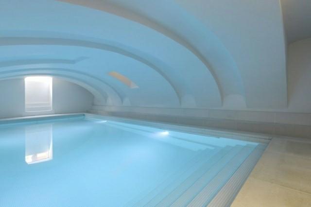 diseño piscina cubierta moderna
