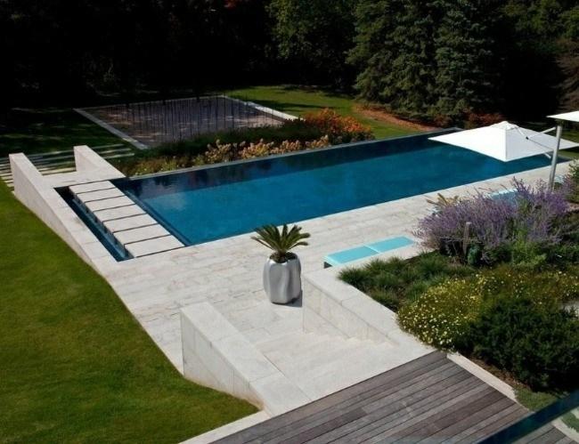 diseño piscina moderna camino baldosas