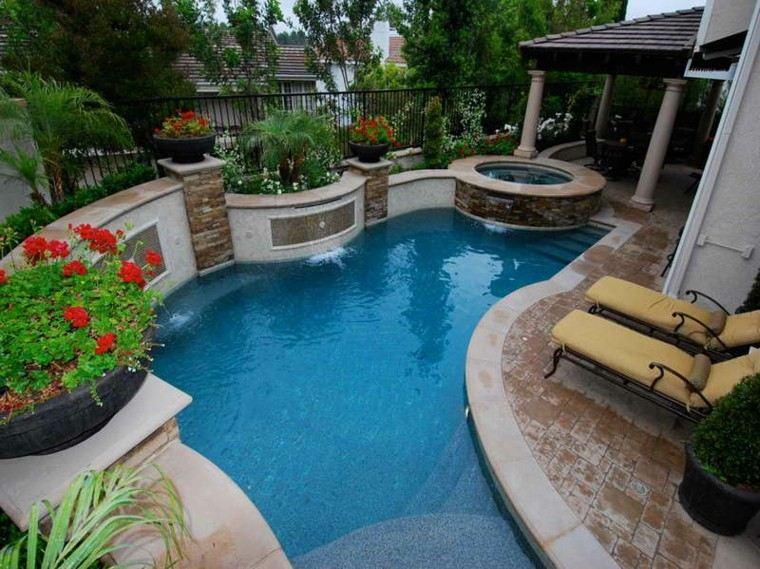 diseño de jardines pequeños piscina tumbonas ideas