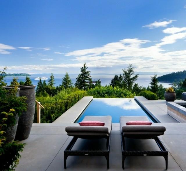 dos tumbonas vistas piscina infinita