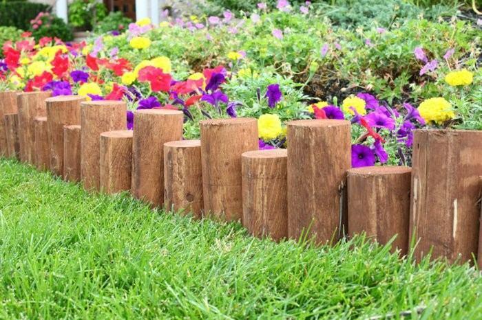 Vallas de jard n de estacas de madera empalizadas - Decoracion troncos madera ...