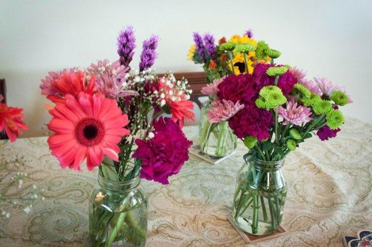 envases desechados floreros flores colorido
