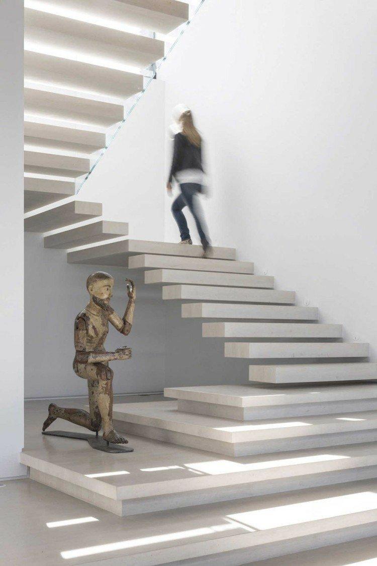 escalera escultura madera mujer moderna
