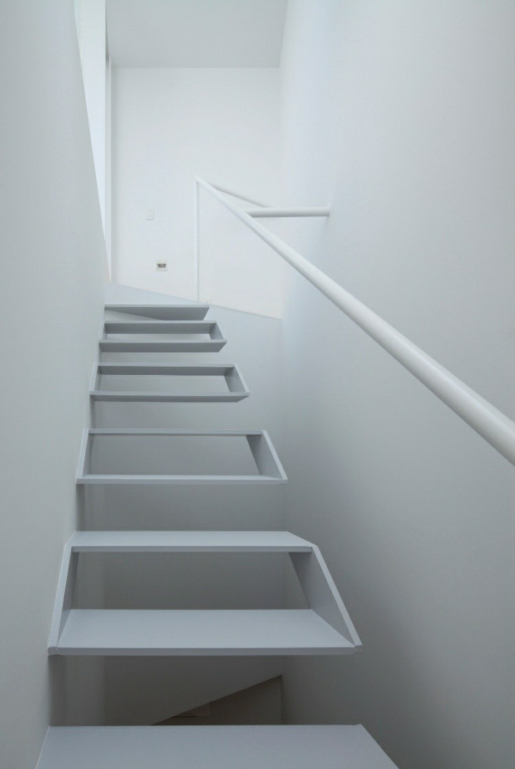 escalera moderna casa blanca geometrica
