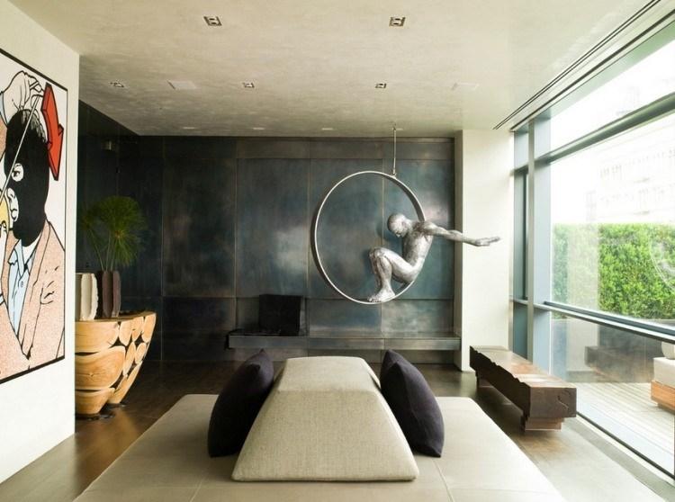 esculturas hombre esfera metal trapecista