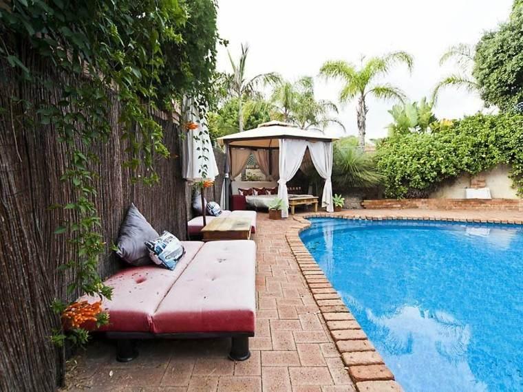 esquina jardin piscina pergola cortinas
