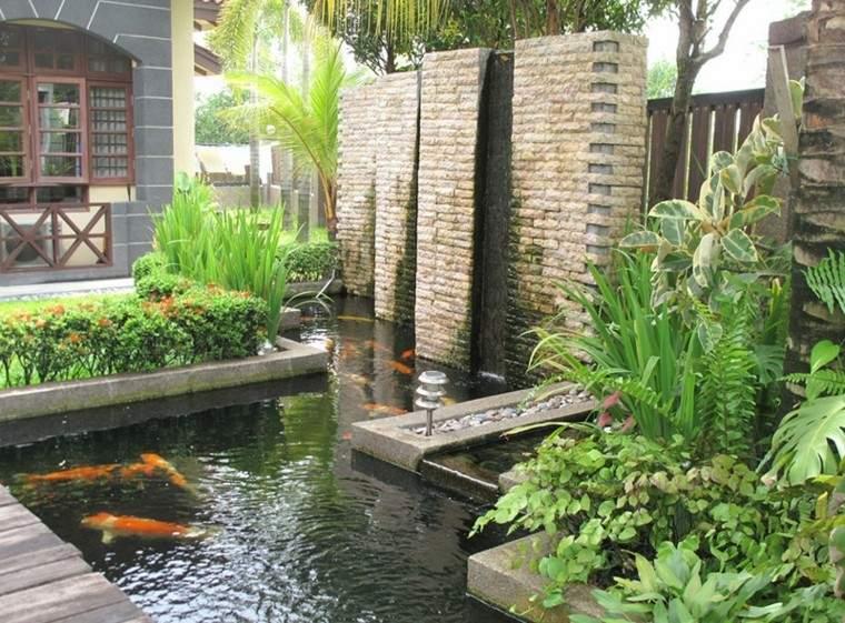 estanque koi fuente muro piedra