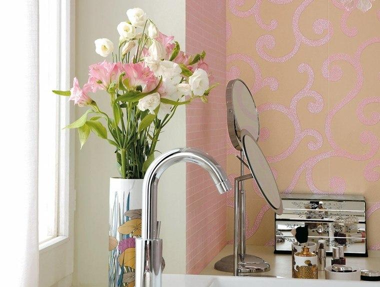 florero espejo cuarto baño rosa