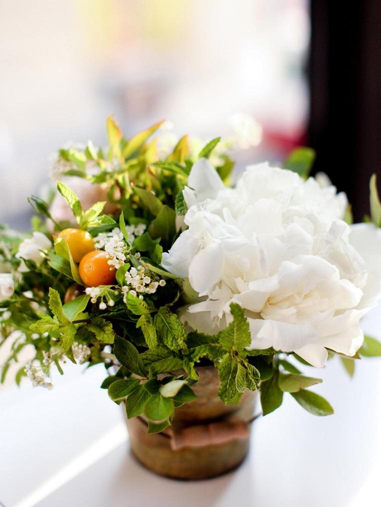 flores blancas menta decora -mesa ideas