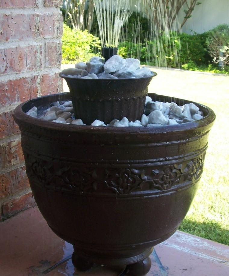 fuente agua jarra ceramica piedras
