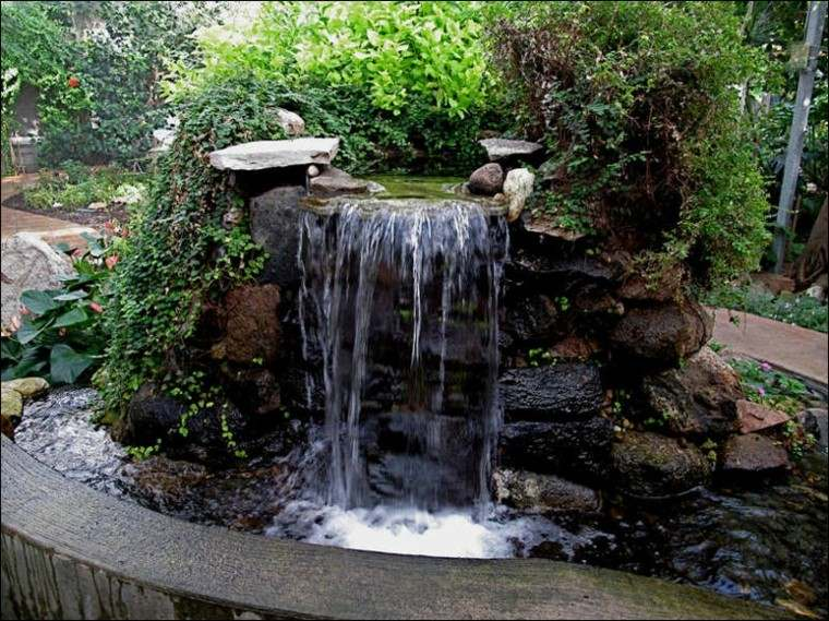fuente cascada jardin plantas rocas