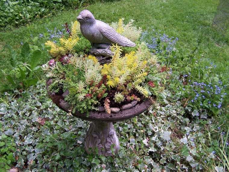 fuente clasica bebedero decorada plantas